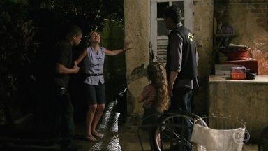 A polícia dá a notícia a Rita e Carminha que Genésio morreu - Max consegue fugir da polícia
