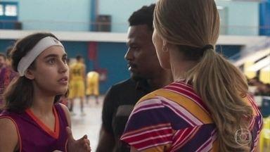 Gabriela é reconhecida na quadra e a vitória do time de Ramon é questionada - Ramon comemora a vitória com o time mas a alegria dura pouco