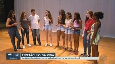 Inciativa de professor muda vida de alunos de escola municipal em Ribeirão Preto, SP - Eles encontraram no teatro um lugar para se expressar e se conhecer.