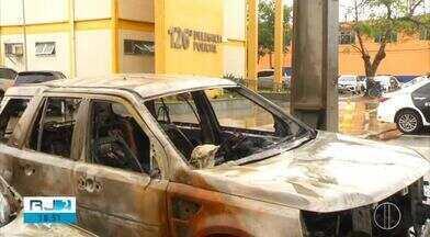 Carro é incendiado na delegacia de Cabo Frio - Polícia acredita que foi retaliação à morte de traficante na cidade.