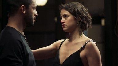 Jô mente para Téo - Carmelinda aconselha a patricinha a se fazer de vítima e ela inventa para o fotógrafo que foi assediada por Alex
