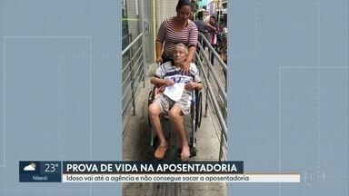 Idoso doente é levado até agência bancária mas não consegue fazer prova de vida - Antonio, de 79 anos, que está acamado e não pode assinar documentos foi levado para o filho até a uma agência bancária em Nova Iguaçu. Mas não conseguiu fazer a prova de vida.