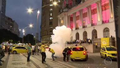 Votação de regras para aplicativos é adiado e taxistas protestam no Centro do Rio - O projeto de lei que estabelece regras mais duras para o transporte de aplicativos não foi votado na Câmara de Veredadores. Depois do fim da sessão, taxistas tentaram invadir o Palácio Pedro Ernesto.