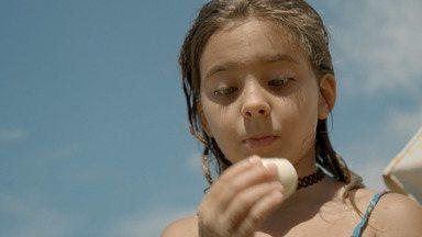 Em Família - Bela aproveita o dia de sol na praia com a família e a amiga Ana Lycia. Depois, em clima de festa, eles almoçam na casa de Flora e Gilberto Gil, acompanhados de irmãos e sobrinhos.