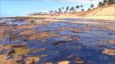 Marinha abre inquérito para investigar a origem do óleo que atingiu a costa brasileira - A Marinha abriu um inquérito para investigar a origem do óleo e fez um estudo sobre como as correntes marítimas teriam ajudado a espalhar a sujeira. Quase 1.100 navios-tanque estão sendo analisados.