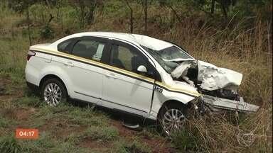 Duas pessoas morrem em um acidente envolvendo quatro veículos em MG - Segundo a Polícia Rodoviária Federal, a peça de um caminhão se soltou e acertou o pára-brisa de um táxi. O veículo ficou desgovernado e acabou batendo em uma carreta que atingiu uma motocicleta.