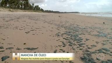 Mutirão em Alagoas para retirada de petróleo - No estado, a poluição atingiu 15 praias de 10 municípios.