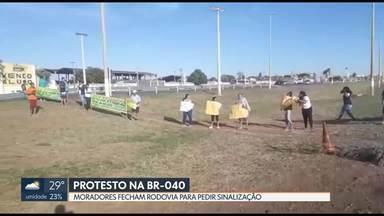 Protesto bloqueia BR-040 - Os moradores da região pedem sinalização na rodovia. Segundo eles, de sexta-feira até hoje, três pessoas morreram atropeladas no local.