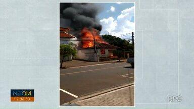 Incêndio destrói casa de madeira na avenida São João - De acordo com os moradores, a casa estava vazia e foi destruída pelas chamas.