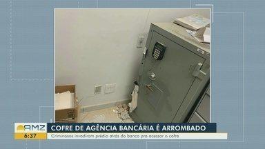 Polícia investiga arrobamento de cofre de agência, em Manaus - Criminosos invadiram prédio atrás do banco para ter acesso ao cofre.