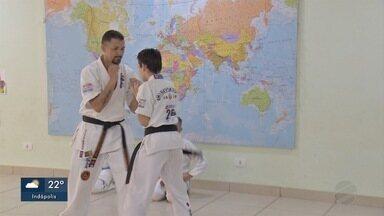 Pai volta a competir após pedido do filho em MS - Os dois lutam Karatê, em Campo Grande.