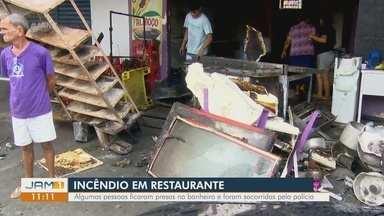 Incêndio atinge restaurante no bairro Cidade de Deus, em Manaus - Algumas pessoas ficaram presas no banheiro e foram socorridas pela polícia.