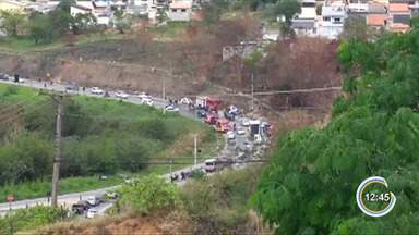 Três pessoas ficam feridas em acidente na rodovia Geraldo Scavone em Jacareí - De acordo com o Corpo de Bombeiros, um motorista tentou ultrapassar pela pista contrária e atingiu outro veículo de frente. As vítimas foram socorridas.