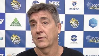 Guerrinha admite peso de desfalques e busca soluções para estreia do Mogi Basquete no NBB - Técnico citou momento ruim após lesões de jogadores titulares e falou da necessidade de adaptar estilo de jogo da equipe para o jogo contra o Paulistano, na quinta-feira, em São Paulo.