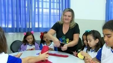 Voluntários dão aulas de diferentes temas para estudantes de Araçatuba - Voluntários de Araçatuba (SP) dão aulas diferentes para alunos da cidade e crianças aprendem mais do que apenas a grade escolar.