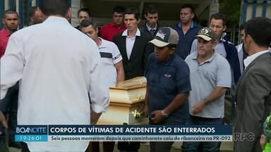 Vítimas de acidente na PR-092 são enterrados na Região Metropolitana de Curitiba - Seis pessoas morreram depois que caminhonete caiu de ribanceira na PR-092.