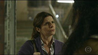 Lúcia descobre que marido de Solange é um matador - Natsha alerta a professora que Solange fugiu por causa do marido violento