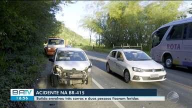 Acidente deixa duas pessoas feridas em BR-415, entre Itabuna e Ilhéus - Batida envolveu três carros.