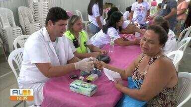 Feira de serviços atende a moradores do Benedito Bentes 2, em Maceió - Atividade faz parte da programação do Maceió Rosa