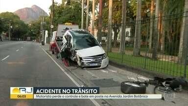 Motorista perde controle da direção e bate em poste no Jardim Botânico - Apesar da gravidade do choque, o motorista não se feriu.