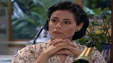 Capítulo de 17/06/2000 - Yvete prepara um jantar à luz de velas para Viriato. Alma vai ao café da livraria com Estela. Edu e Helena chegam e Ciça fica surpresa ao vê-los juntos. Alma ironiza o tempo todo.