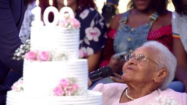 Dona Maria comemora 100 anos no palco do Caldeirão - Fã de Luciano Huck, ela é surpreendida pelo apresentador e ganha um presente em comemoração pelo centenário