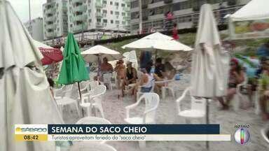 Turistas aproveitam o feriado da 'Semana do Saco Cheio' em praia de Cabo Frio - Assista a seguir.