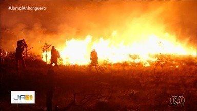 Bombeiros combatem incêndio na Chapada dos Veadeiros, em Goiás - Queimadas castigam a região há pelo menos uma semana. Militares dizem que acesso à área onde está o fogo é 'impossível' e atua para evitar que ele se alastre.