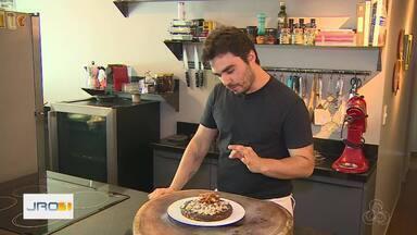 Chef Diogo Sabião ensina como preparar bolo de chocolate com castanha - Receita tem toque regional e ganache de chocolate.