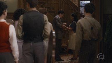 Júlio chega em casa machucado e as crianças reparam - Alfredo pergunta para o pai se ele andou brigando na rua
