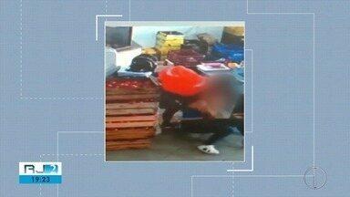 Vídeo mostra assaltante imobilizando atendente em roubo a mercado em Macaé, no RJ - Criminoso conseguiu fugir e ninguém ficou ferido.