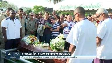 Corpos dos três bombeiros mortos em incêndio no Centro do Rio são enterrados - Eles estavam trabalhando em um incêndio na Whiskeria Quatro por Quatro.