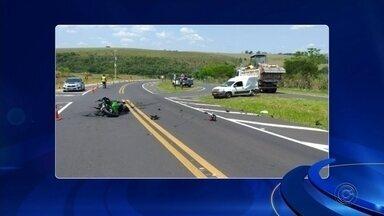 Empresário morre em acidente com moto em rodovia no interior de SP - Dono de postos de combustíveis bateu moto de média cilindrada em carro em um cruzamento na rodovia Rachid Rayes (SP-333), em Oscar Bressane (SP). Duas pessoas do carro tiveram ferimentos leves.
