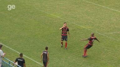 Caíque Gomes passa pelo goleiro e empata para o Tarumã - Caíque Gomes passa pelo goleiro e empata para o Tarumã
