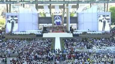 Primeira missa no Brasil dedicada à Santa Dulce dos Pobres é celebrada em Salvador - Uma semana após a canonização dela, a Arena Fonte Nova ficou lotada de fiéis. O evento incluiu peça de teatro, apresentações musicais e procissões.