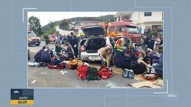 Quatro pessoas ficam presas às ferragens de veículo após acidente na BR-282 em Palhoça - Quatro pessoas ficam presas às ferragens de veículo após acidente na BR-282 em Palhoça