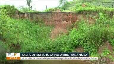 Moradores de Angra dos Reis reclamam de queda de ponte e falta de pontos ônibus - Segundo eles, a estrutura que fica no bairro Ariró caiu em 2013, e por isso, o trajeto de ônibus mudou. Atualmente, não há pontos de ônibus no local.