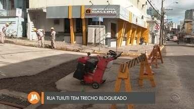 Trecho da rua Tuiuti está bloqueado para troca de asfalto - O bloqueio foi feito na manhã de hoje.