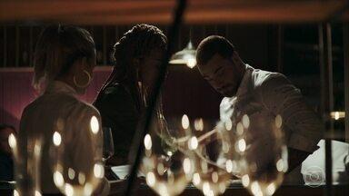 Abdias dá vexame em bar - Ele se embriaga e preocupa Sílvia