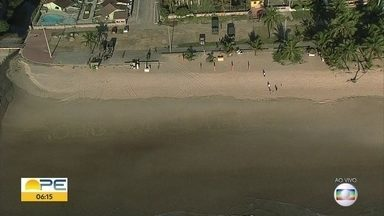 Praia de Itapuama, no Cabo, amanhece com mensagem de agradecimento aos voluntários - Grupo ajudou na retirada de óleo na praia. Prefeitura reforça que trabalho não acabou. Trabalho recebe reforço de peneiras para limpar partículas menores da substância.