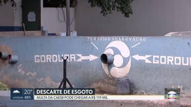 Caesb aumenta fiscalização de descarte ilegal de esgoto doméstico - As denúncias podem ser feitas pelos canais de atendimento da Caesb. As multas variam de 7 mil a 119 mil reais.