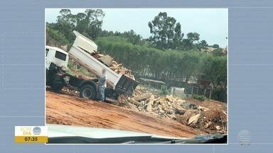 Área de Preservação Permanente é alvo de descarte irregular de resíduos - Restos de materiais de construção civil são depositados no local.