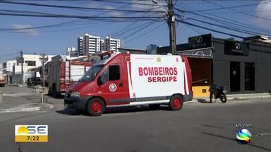 Princípio de incêndio é registrado em restaurante da Zona Sul de Aracaju - A Rua Deputado Zeca Pereira foi fechada pelo Corpo de Bombeiros Militar de Sergipe, que realiza trabalho no local.