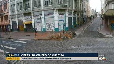 Ruas do Centro de Curitiba passam por obras - A rua São Francisco vai ser totalmente bloqueada.