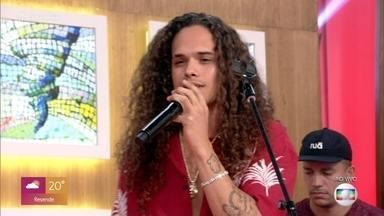 Vitão canta 'Complicado' - No clipe da música, Vitão e Anitta se beijam