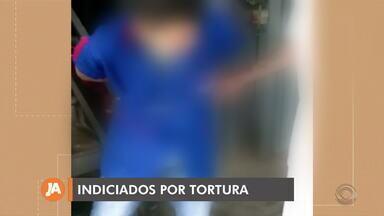 Polícia indicia dois suspeitos por tortura contra funcionário surdo de supermercado - Vítima teve os braços amarrados a corrimão com sacos plásticos. Caso aconteceu em Caxias do Sul.