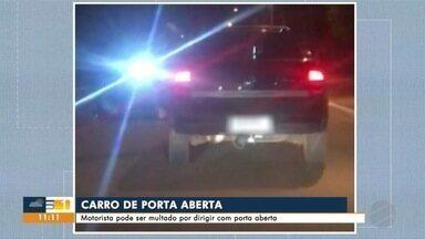 Motorista é flagrado dirigindo com porta aberta nas ruas de Campo Grande - Flagrante mostra carro seguindo tranquilamente por uma avenida com a porta aberta