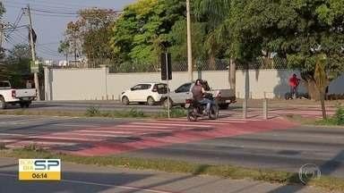 Motociclistas desrespeitam faixa de pedestres em Sorocaba - A conversão proibida é usada pra cortar caminho e pode render multa.