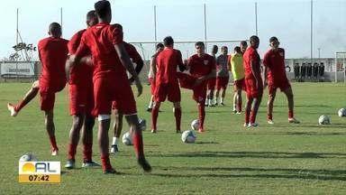 Jogadores do CRB recebem visita especial no Ninho do Galo - Garoto Lucas Andrade conhece de perto os jogadores regatianos