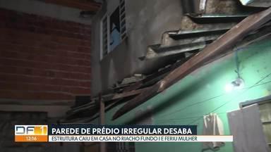 Parede de prédio irregular desaba e atinge casa vizinha no Riacho Fundo 1 - Uma mulher ficou ferida. Defesa Civil condenou obra e casas ao lado e mandou que três famílias fossem retiradas do local.